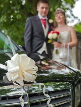 Wedding car & couple photo